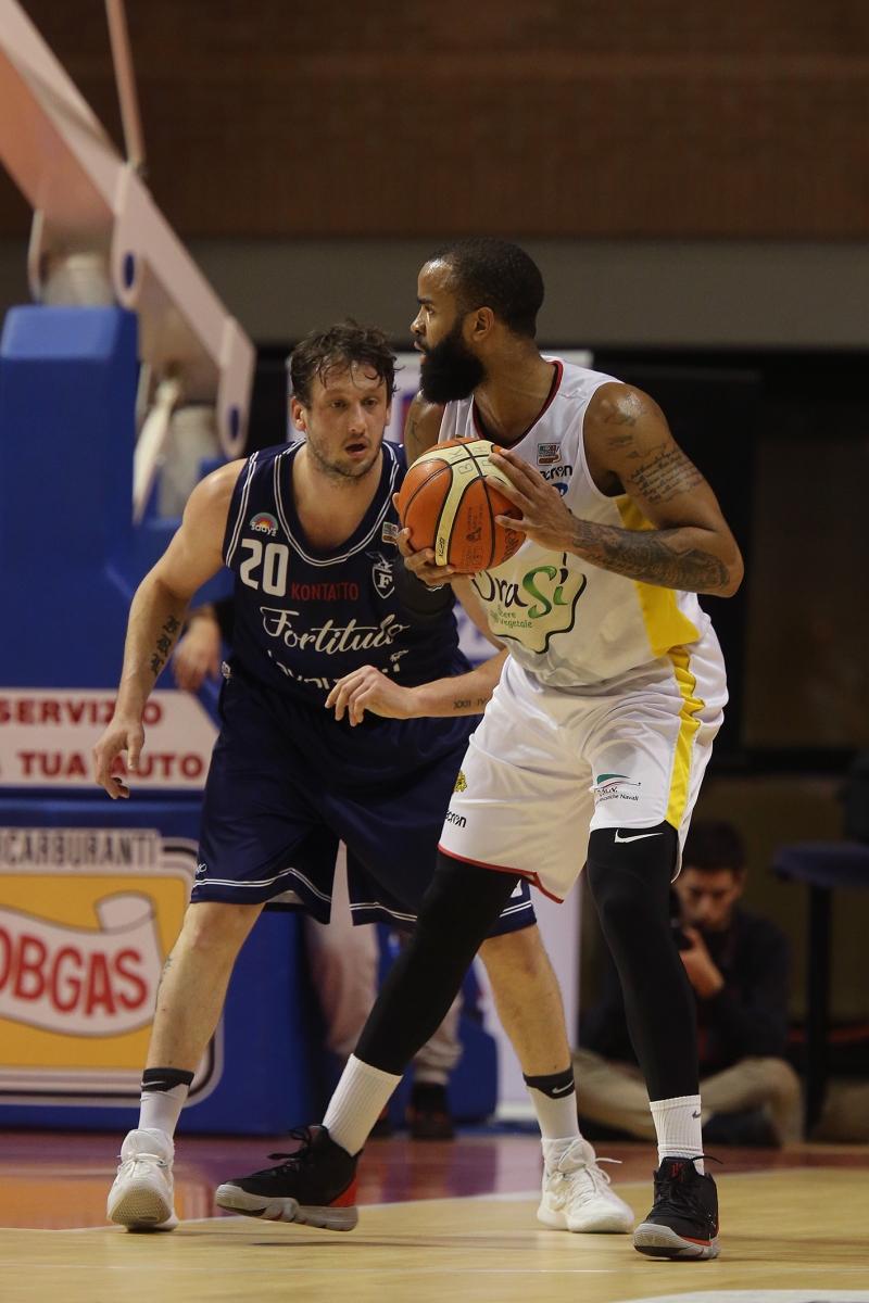 LNP serie A2 Ventiquattresima giornata. OraSì Basket Ravenna - Lavoropiù Fortitudo Bologna.