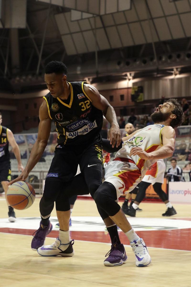 LNP serie A2 ventitreesima giornata.  OraSì Basket Ravenna - Allianz San Severo. Chiumenti subisce fallo di sfondamento